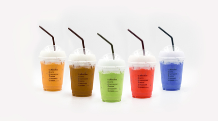 sapore della bevanda fresca baverage con il latte (caffè, tè, tè verde, e il latte rosa e copia spazio