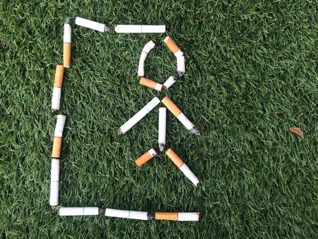ahorcado: ahorcado masaje muerto de cigarrillo por el concepto de salud Foto de archivo