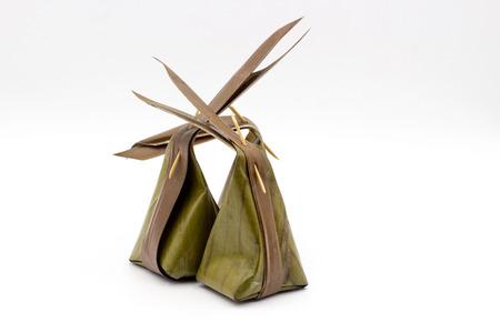 Vieux emballages traditionnels Thai dessert à l\'intérieur des feuilles de  bananier sur fond blanc