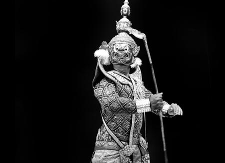 asiatische und traditionelle Performance Drama Anruf Thailand Ramayana in riesigen Suite auf schwarzem Hintergrund zu isolieren