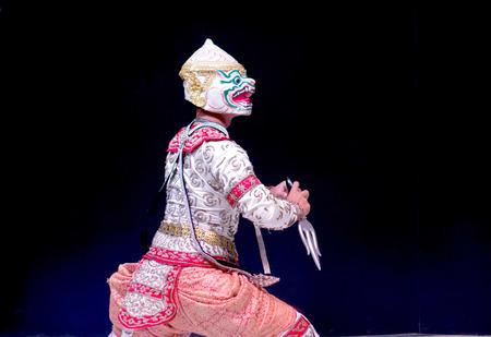 pantomima: asiático y Tailandia drama de representación tradicional del Ramayana llamada en la suite de mono en aislar el fondo negro Foto de archivo