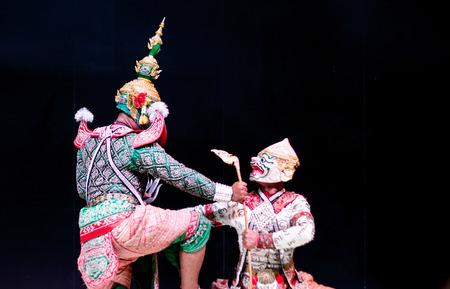 pantomima: asiático y Tailandia llamada tradicional drama de rendimiento de Ramayana en la suite gigante y el mono en aislar el fondo negro