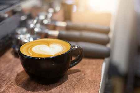 hot temper: taza de café en el frente de la mañana de la herramienta cofee matchine