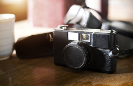 old camera in collecter on wood table in morning Banque d'images - 92169165
