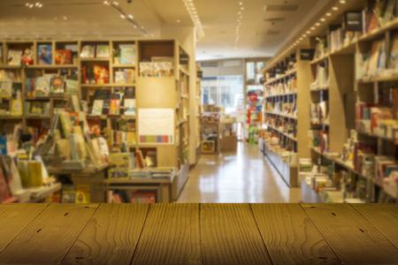 Holztheke Tischplatte vor der Bibliothek oder Buchhandlung. Verwenden Sie für das Display-Buch-Produktkonzept.