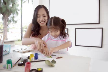 mère et fille asiatiques peignant de l'aquarelle pour en faire un objet d'art dans des activités créatives. Banque d'images