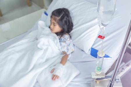 clínica curar a los niños Fluidos intravenosos a la vena sanguínea en la habitación del hospital. Concepto saludable de la medicina de la situación de la epidemia de la combustión del virus (centrarse en el clip rojo en el tubo de agua intravenosa)