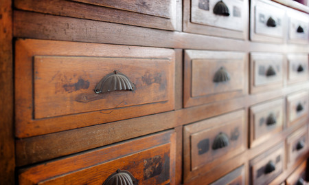 fond intérieur de meubles de mur d'étagère en bois vintage, collection d'objets antiques pour le fond Banque d'images