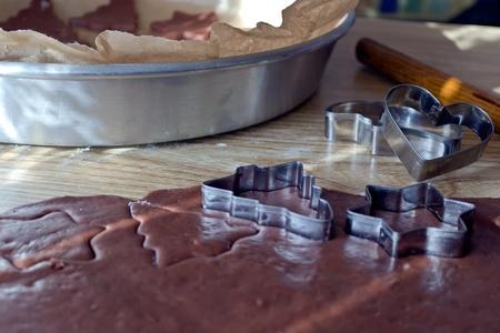 Hoja de la masa marr�n para las galletas de Navidad y formularios para ellos. Foto de archivo - 11008375