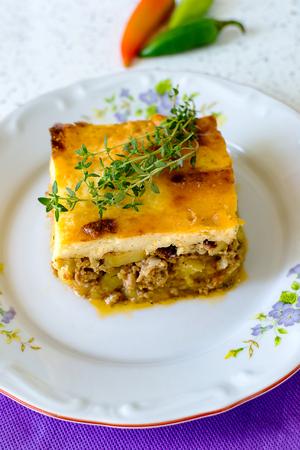 carne picada: moussaka búlgara con patatas y carne picada y encima la mezcla de tostado de yogur y huevos moussaka Foto de archivo