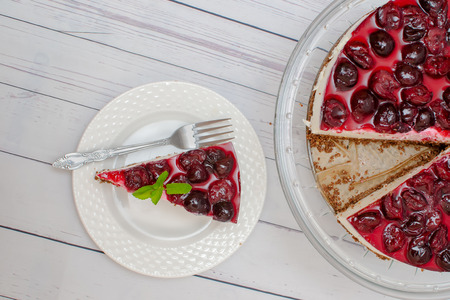 Cold cheesecake with cherry jelly on table Stockfoto