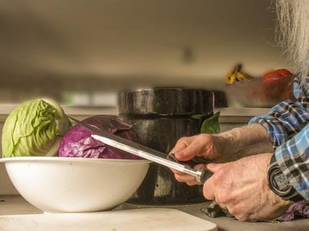 cuchillo de cocina: Cuchillo necesita afilar varias veces para picar varias coles muy finamente.