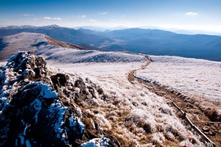 Bieszczady Montanha coberta pela geada. Tarde bonita do outono em Bieszczady Mountain, na Polônia. Imagens