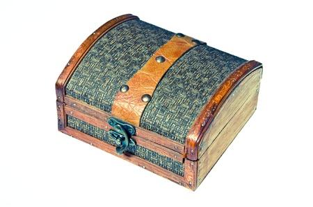 Velha caixa de madeira pequena para a jóia isolada no fundo branco, com bloqueio de metal Imagens