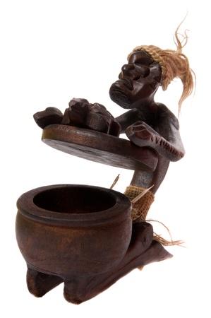Cinzeiro de madeira aberto como xamã estatueta africano isolado no fundo branco