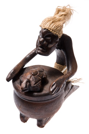 Cinzeiro de madeira perto como xamã estatueta africano isolado no fundo branco