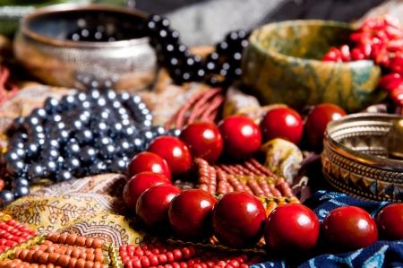Muitos belos colares em lenços coloridos Três Braceletes em fundo Imagens