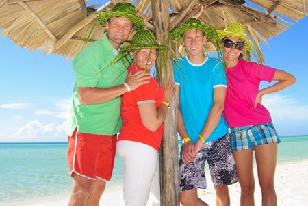 Familie am Strand  Standard-Bild - 7742672
