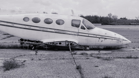 No wings on this abandoned plane sitting in the sun Фото со стока