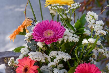 Ramalhete colorido de flores de primavera Foto de archivo - 75724650