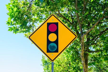 背景の木と交通標識
