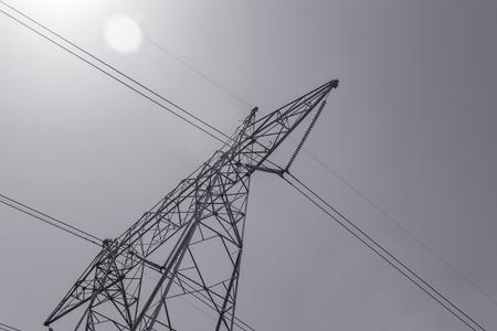 黒と白の高電力線
