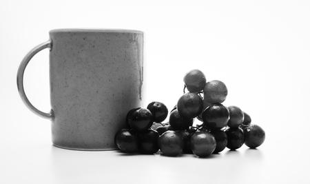 コーヒーと黒と白のブドウ
