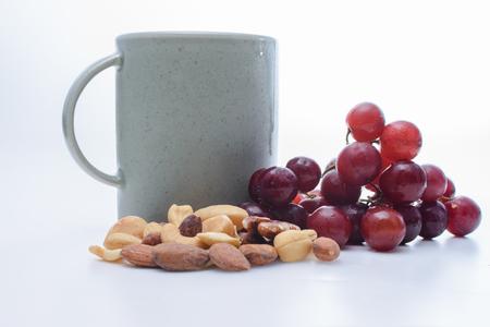 コーヒー、ぶどうとナッツ 写真素材