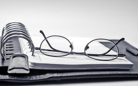 黒と白のガラスとノートブック