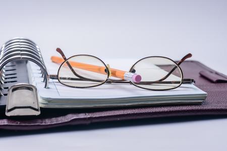 会議の開始のメモ紙と鉛筆、眼鏡、 写真素材