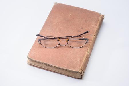 教科書を勉強のため老眼鏡