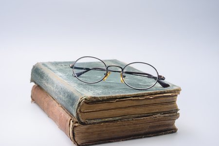 2 つのヴィンテージの教科書の上に遠近両用メガネ