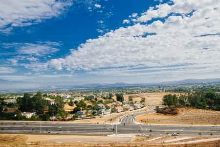Witte wolken bedekken het Binnenlandse Rijk van Californië Stockfoto - 88610766