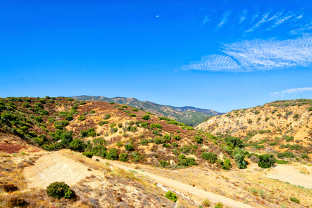 カリフォルニアの山々 に未舗装道路
