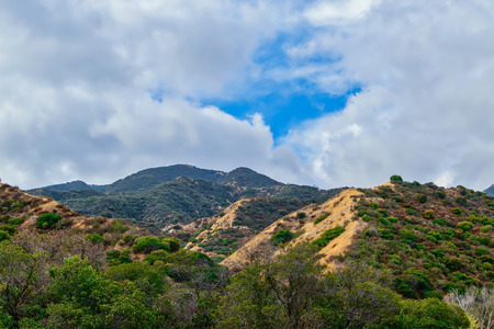 南カリフォルニアの山々に青空が現れる