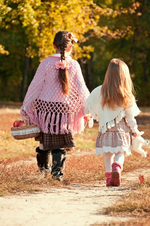 Two beautiful, young sister are on the road. Stockfoto
