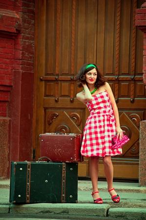 mujer con maleta: La mujer con el estilo retro de maletas
