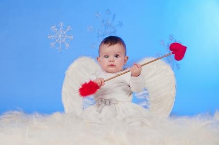 bebe angel: Sonriente lindo beb� Navidad �ngel con alas de �ngel y Cupido Foto de archivo