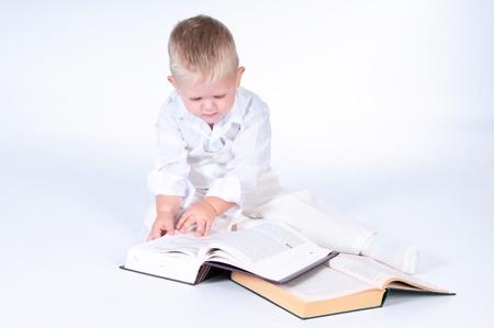 little business man: Poco hombre de negocios en traje blanco s�lido lee libros