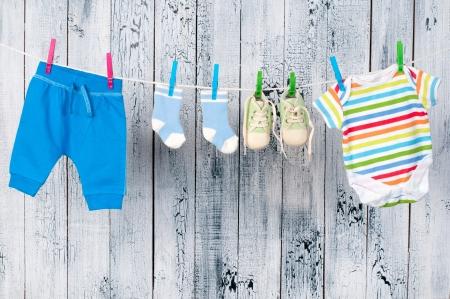 Ropa de bebé colgado en el tendedero. Foto de archivo - 19014437