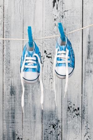 Zapatos de bebé colgando de la cuerda. Foto de archivo - 19055689