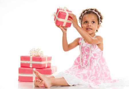 mulato: Poco hermosa mulata con regalos.