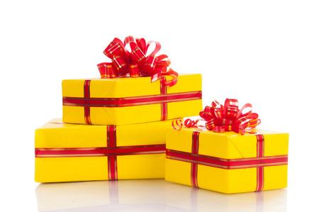 Tres regalos de color amarillo sobre un fondo blanco. Foto de archivo - 24677250