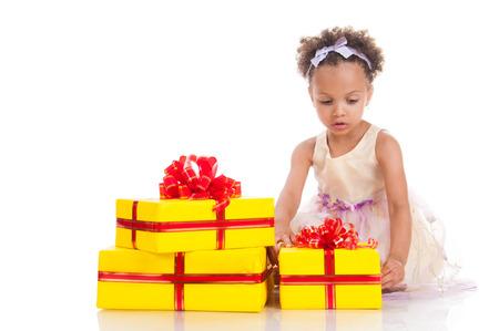 mulato: La ni�a mulata hermosa con los regalos.