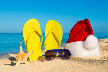 Vacaciones divertidas de año nuevo en el mar. Viajes de Navidad en los países tropicales Foto de archivo - 46696369