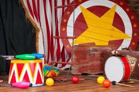 Zirkus Backstage im Retro-Stil, Trommelkoffer. Innere.