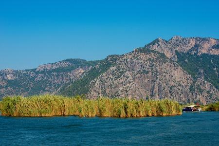 강의 해협에서 관광 보트와 Dalyan 강