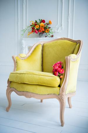 Ein Hellgrüner Klassischer Stuhl Auf Einem Weißen Wandhintergrund