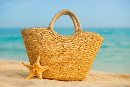 여름 해변 액세서리와 함께입니다. 배경에 푸른 바다를 흐리게하십시오.