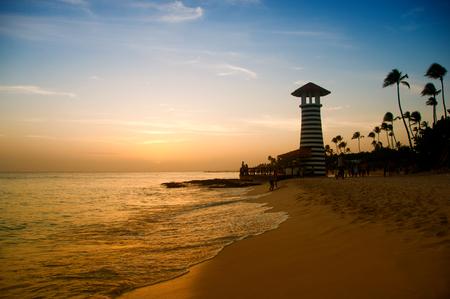 캐리 비안 바다의 해 안에 빨간색 흰색 등 대. 도미니카 공화국.